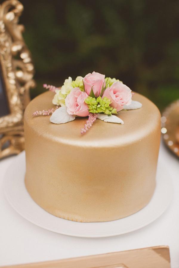 Bolo de casamento Dourado com Flores Naturais