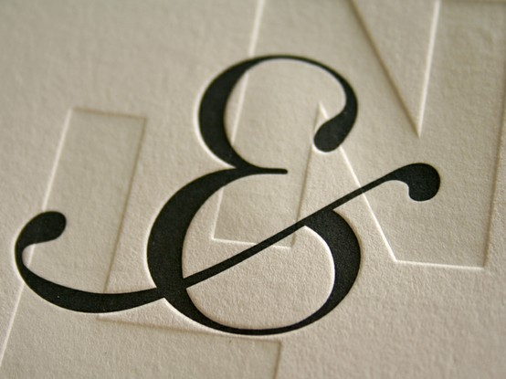 Convite em Letterpress (baixo relevo) com o e-comercial em destaque. As inicias dos noivos ao fundo sem cor compõem um visual minimalista. Uma boa ideia para noivos que gostam de um estilo clássico, simples e moderno.