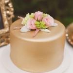 Bolo Dourado com Flores Naturais
