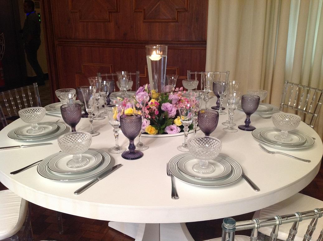 Mesa para os convidados  Decorada com tons rosa e lilás  detalhe