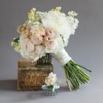 buquê desestruturado flores brancas e pasteis