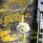 Decoração do Corredor do Casamento com Margaridas e pétalas amarelas