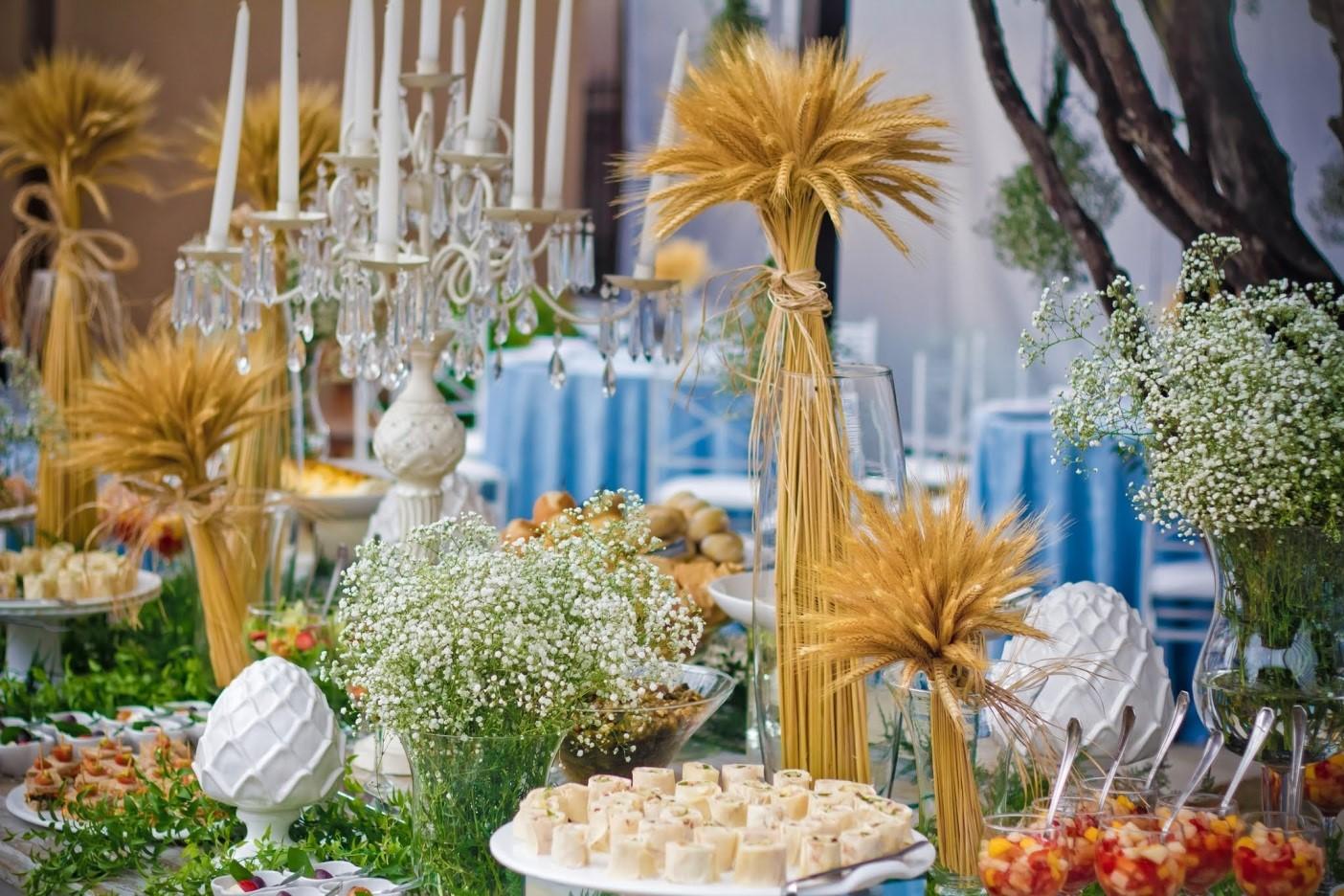 Arranjos de trigo decoraram a mesa do buffet e a cerimônia