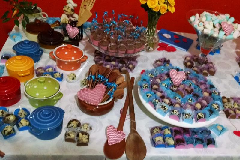 mesa de doces do chá de cozinha decorada com panelinhas