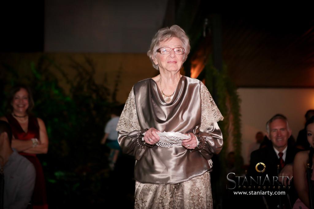 A dama de honra mais linda levando as alianças - minha avó!