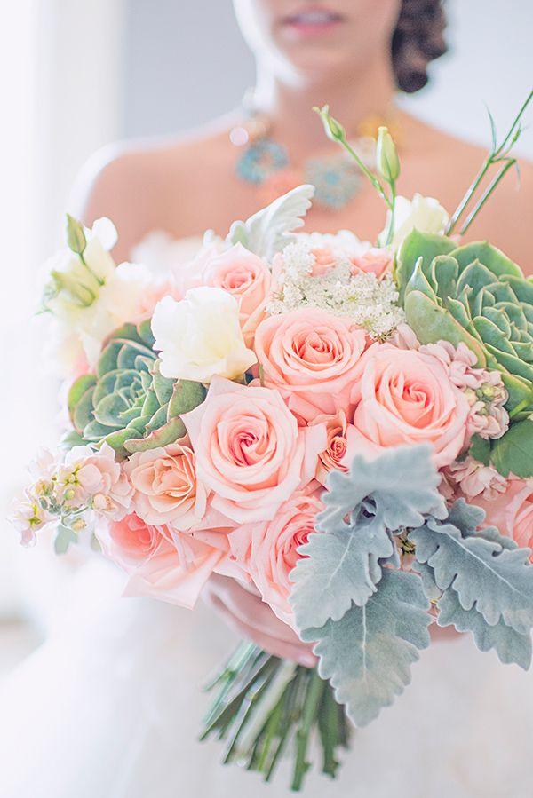 Bouquet de noiva com rosas e suculentas