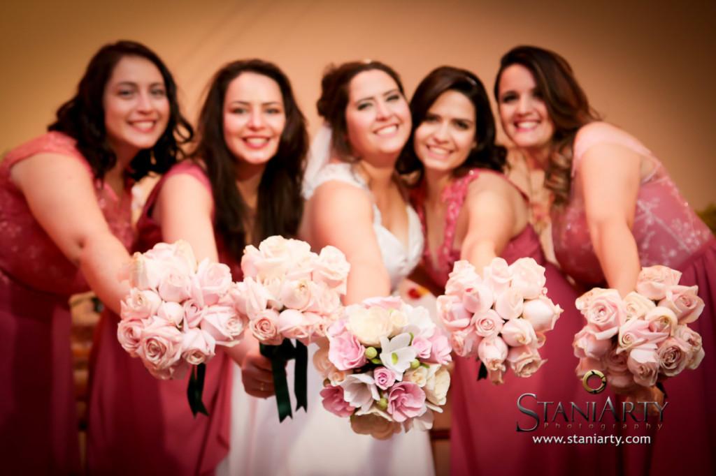 Damas adultas com buque de rosas