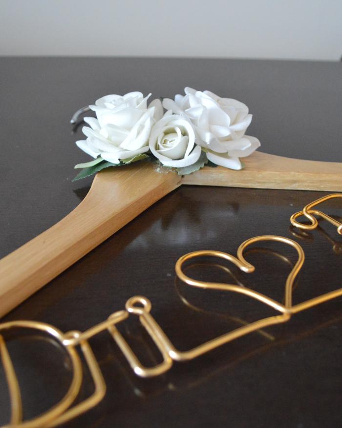 cabide-personalizado-para-noivas-com-flores