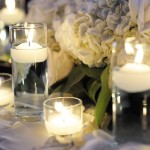 Velas flutuantes sobre a mesa