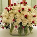 centro de mesa com rosas e perpétuas