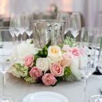 centro de mesa com rosas e vaso de vidro