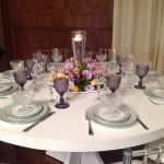 Mesa para os convidados - Decorada com tons rosa e lilás - detalhe para as taças em bico de jaca.