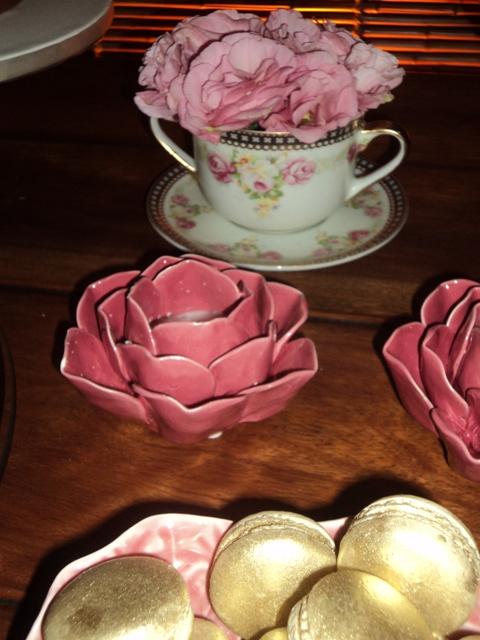Porcelanas na decoração - xícara com arranjos de flores