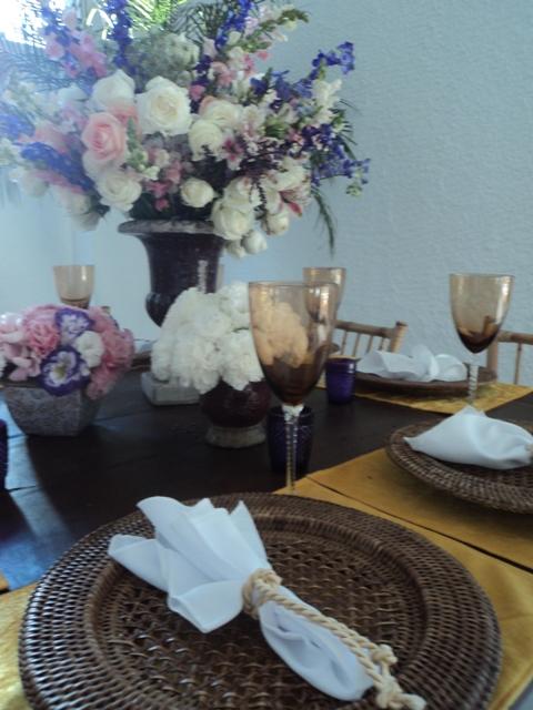 Decoração das Mesas dos convidados - Sousplat de Juta e Centro de Mesa com Arranjos com diversas alturas